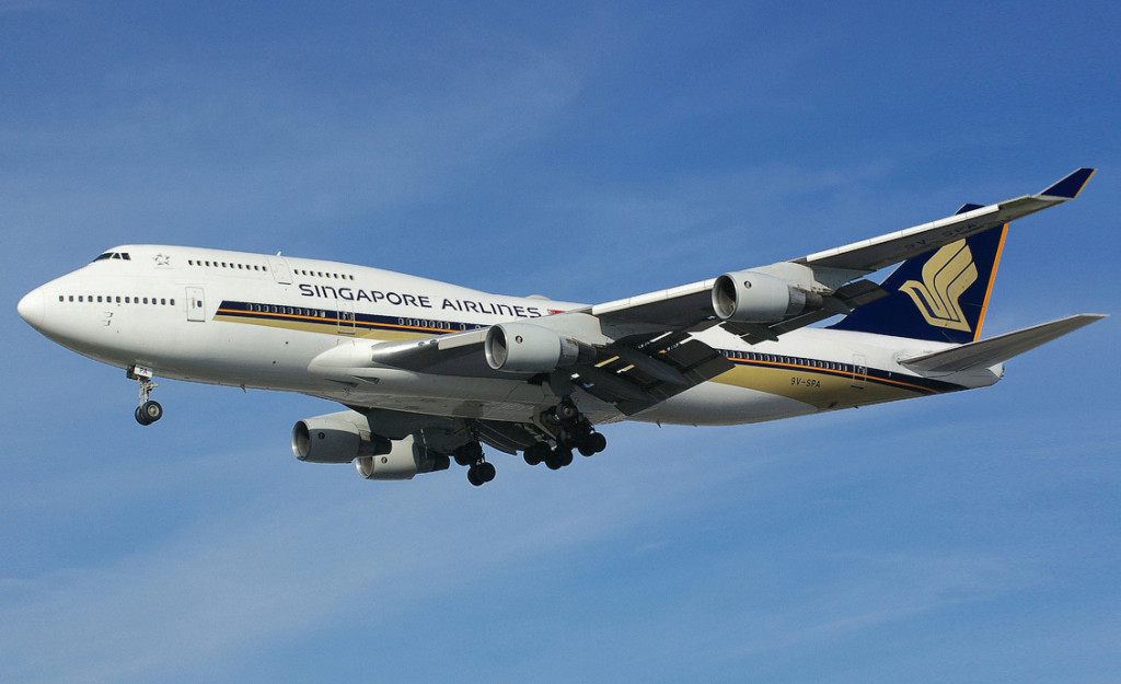 Singapore_Airlines_Boeing_747-412_9V-SPA_Megatop